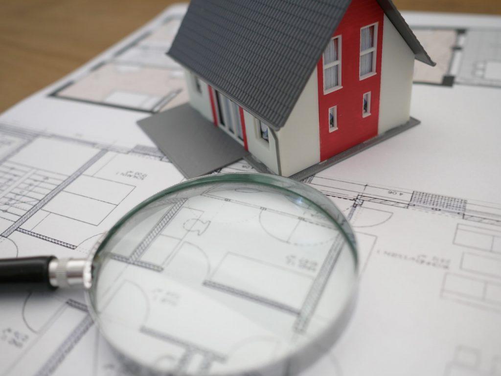 Una de las inversiones más comunes es en viviendas y casas